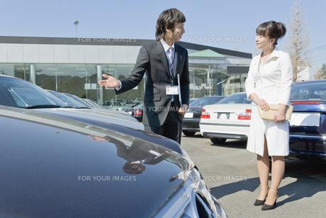 新車を見る女性と店員の素材 [FYI00916803]