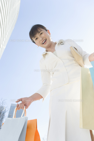 ショッピングバッグを沢山持つ女性の素材 [FYI00916830]