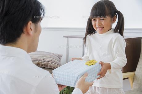 プレゼントをする女の子の素材 [FYI00922320]