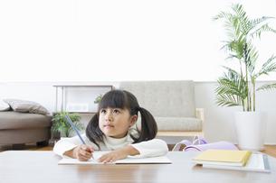 勉強をする女の子の素材 [FYI00922329]
