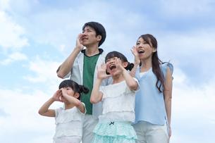 青空に叫ぶ家族の素材 [FYI00922812]