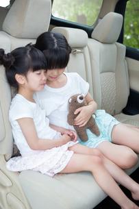 車の窓からバイバイする母娘の素材 [FYI00922897]