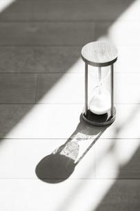 砂時計に差し込む光りの素材 [FYI00934674]
