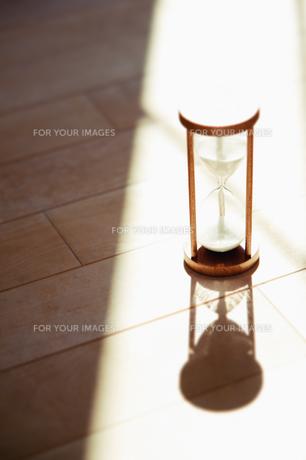 陽射しの中の砂時計の素材 [FYI00935092]