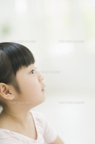 見上げる女の子の素材 [FYI00935168]