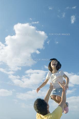 高い高いをしてもらって笑う女の子の素材 [FYI00935188]