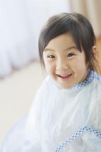 散髪をする女の子の素材 [FYI00935194]