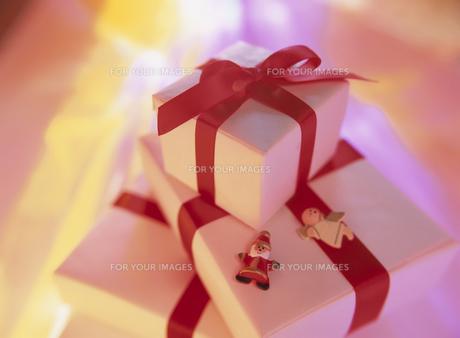 赤いリボンをかけたクリスマスプレゼントの素材 [FYI00945262]
