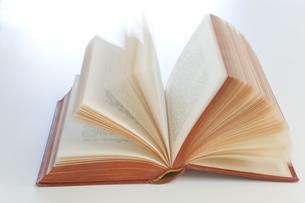 ページが捲れる英文の本の素材 [FYI00945274]