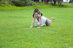 芝生の公園で遊ぶ女の子の素材 [FYI00945279]