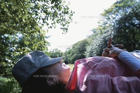 公園で寝ころぶシニア女性の素材 [FYI00945332]