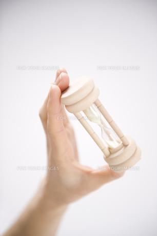 砂時計を持つ女性の手の素材 [FYI00949598]