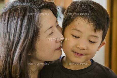 子供に頬ずりする母親の素材 [FYI00977599]
