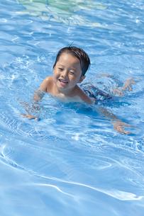 プールで遊ぶ男の子の素材 [FYI00979165]