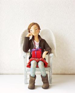 椅子に座り部屋で寛ぐ女性のクラフトの素材 [FYI00986313]