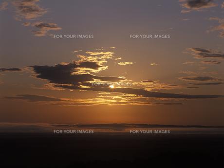 朝日と朝焼けの釧路湿原の素材 [FYI01015476]