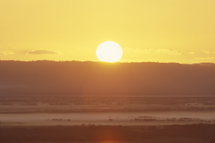 朝日と朝焼けの釧路湿原の素材 [FYI01015512]