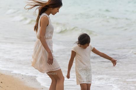 波と戯れる母娘の素材 [FYI01030702]