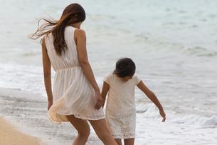 波と戯れる母娘の素材 [FYI01030726]