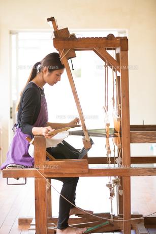 大島紬を織る女性の素材 [FYI01030830]
