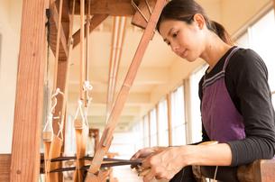 大島紬を織る女性の素材 [FYI01030842]