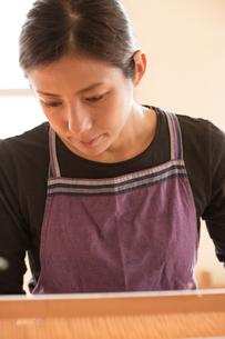 大島紬を織る女性の素材 [FYI01030851]