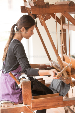 大島紬を織る女性の素材 [FYI01030854]