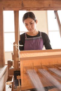 大島紬を織る女性の素材 [FYI01030861]