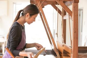 大島紬を織る女性の素材 [FYI01030882]