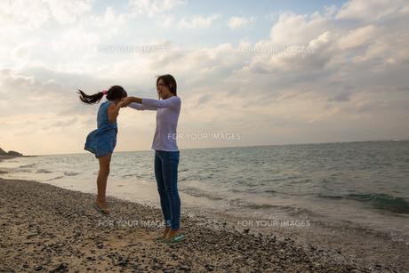 娘を抱き上げる母親の素材 [FYI01030886]