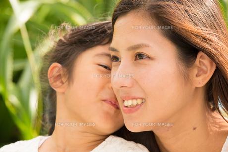 微笑む母娘の素材 [FYI01030906]