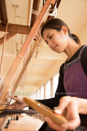 大島紬を織る女性の素材 [FYI01031012]