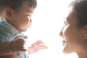 白バックでポーズする母子の素材 [FYI01031015]