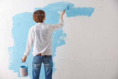 DIYをする女性の素材 [FYI01033081]