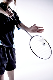バトミントンをする女性のシルエットの素材 [FYI01033103]