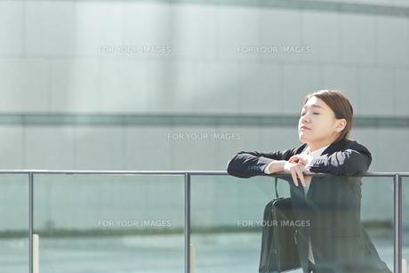 外で一息つく働く女性の素材 [FYI01033516]