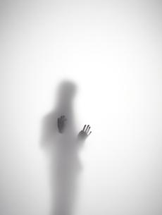 不安そうな女性のシルエットの素材 [FYI01033572]