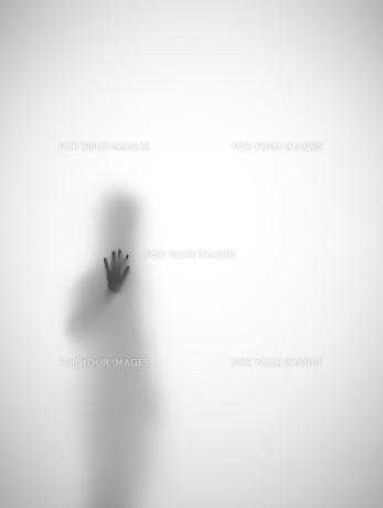 壁に手をつく女性のシルエットの素材 [FYI01033655]