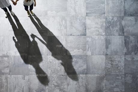光が差し込む石の床の上にいる男性と女性の素材 [FYI01034106]