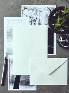 グレータイルの上にあるレターセットとモノクロ写真の素材 [FYI01034177]