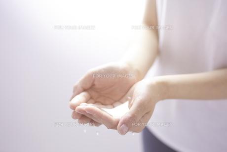 女性の手と水の素材 [FYI01034370]