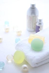 タオルと石鹸とバスキューブとボディパウダーの素材 [FYI01037868]