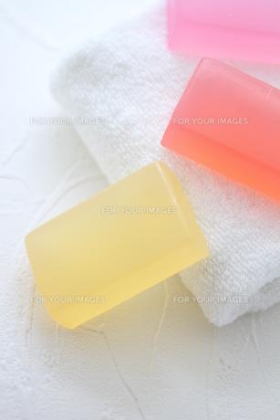 白いタオルと石鹸の素材 [FYI01037887]