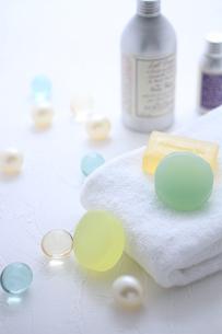 タオルと石鹸とバスキューブとボディパウダーの素材 [FYI01037930]