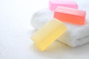 白いタオルと石鹸の素材 [FYI01038056]