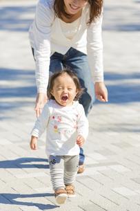 公園を歩く母と娘の素材 [FYI01075109]