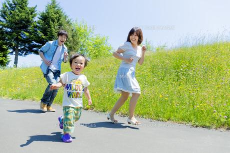 公園を走る息子と両親の素材 [FYI01075158]