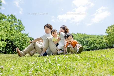 公園で遊ぶ4人家族の素材 [FYI01075476]