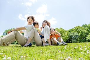 公園で遊ぶ4人家族の素材 [FYI01075483]