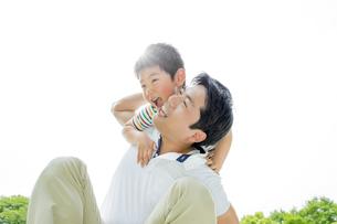 新緑の公園で遊ぶ父親と息子の素材 [FYI01075582]